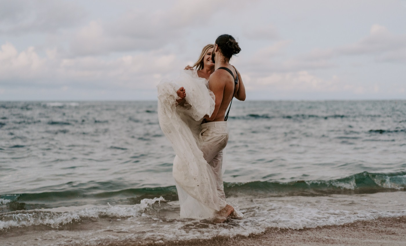 """How to Plan Your """"Trash the Dress"""" Session in Hawaii"""